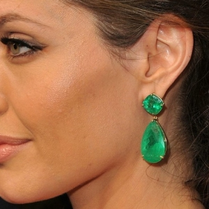 angelina-jolie-emerald-earrings